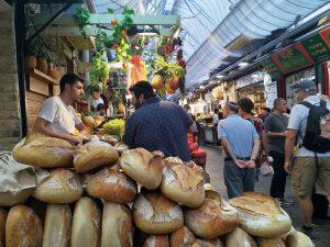 סיור טעימות בשוק מחנה יהודה הירושלמי במאפית טלר ברחוב עץ החיים.