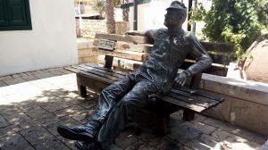מנוחת הפועל העברי ליד בית לופו ניימן-בנק הפועלים בזכרון יעקב.