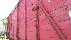 קרון הרכבת שהוביל יהודים ךאושוויץ מול יד לבנים ואנדרטת ניצחון הצבא האדום