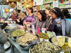 סיור טעימות בשוק לוינסקי עם עובדות הסוציאליות של מועצה איזורית בני שמעון.