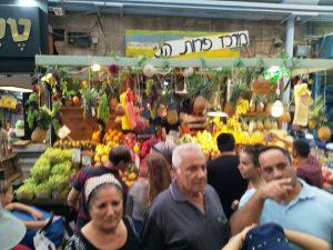 שוק פירות עשיר ברחוב עץ החיים בשוק מחנה יהודה.