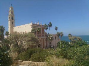 סיור בשטח הגדול ותצפית על כנסיית סנט פטרוס והים התיכון.
