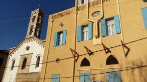 """""""הכנסיה המרונית"""" ברובע המרוני של עג'מי."""