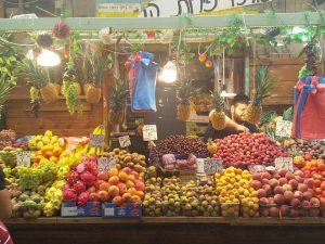 בסטות פירות ברחוב עץ החיים בשוק מחנה יהודה בירושלים www.toursguides.com