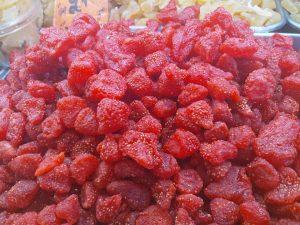 תות שדה מיובש בסיור טעימות בשוק מחנה יהודה.