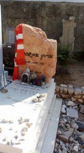 """""""קברו של אריק איינשטיין בטרומפלדור תל אביב."""