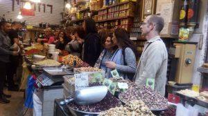 """תערובות ותבלינים ברחוב """"עץ החיים"""" בשוק מחנה יהודה בירושלים"""