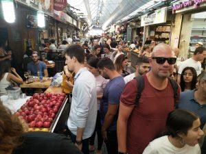 """סיור ברחוב """"עץ החיים"""" ההומה בשוק מחנה יהודה."""