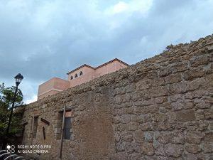 בית וחומת שלוש מאחור בנווה צדק